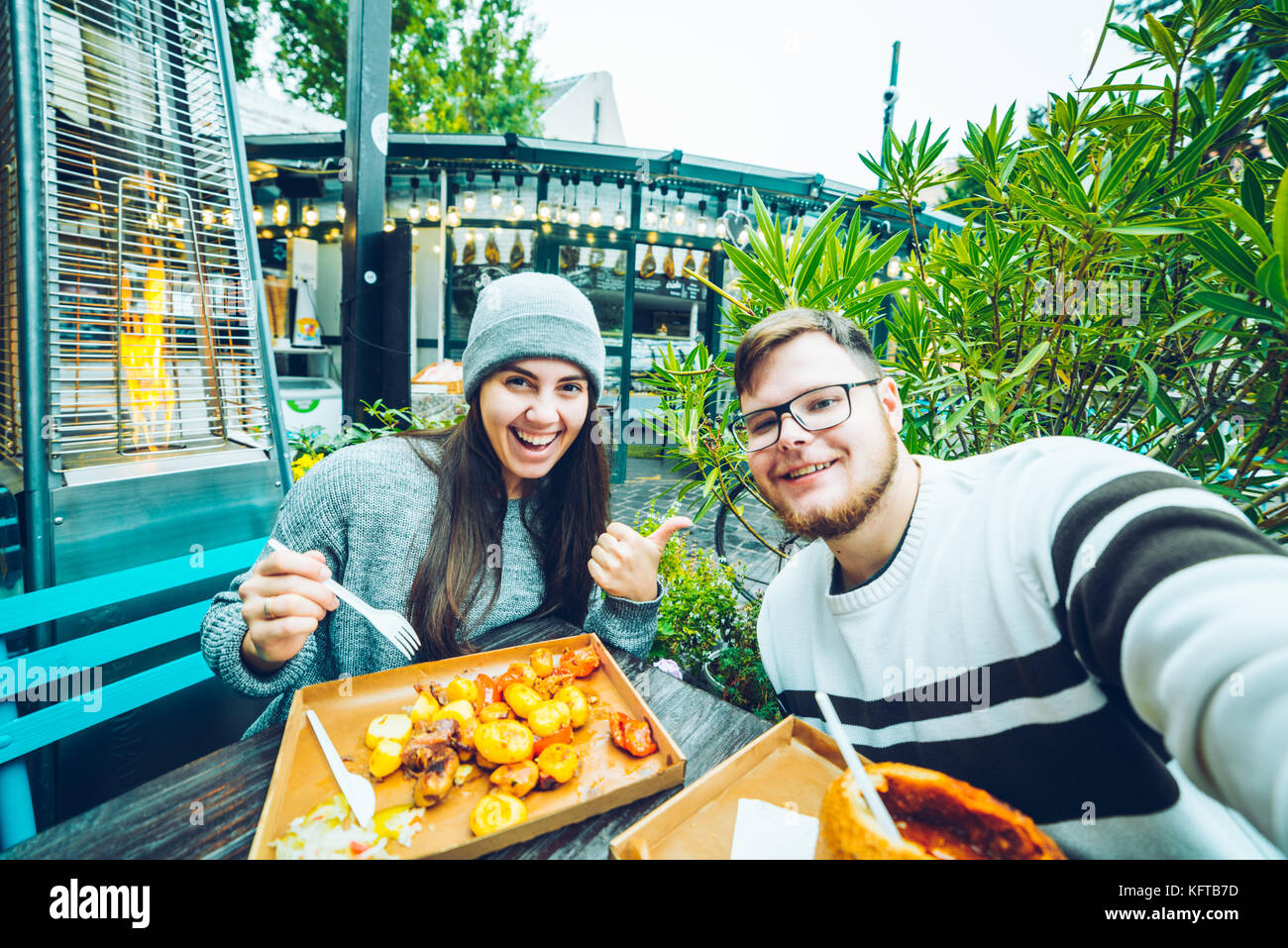 Paar Essen im Cafe außerhalb Stockbild