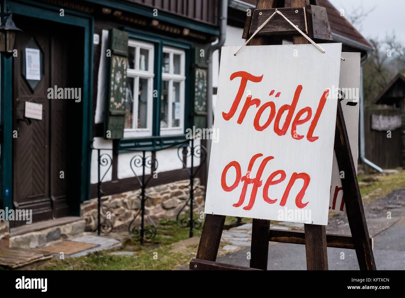 Schild Trödel offen Stockfoto