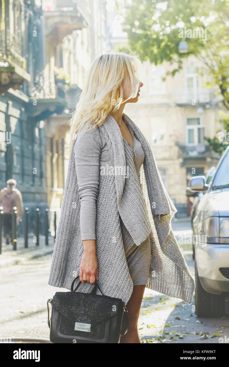 junge elegante blonde frau tragen graue strickjacke und