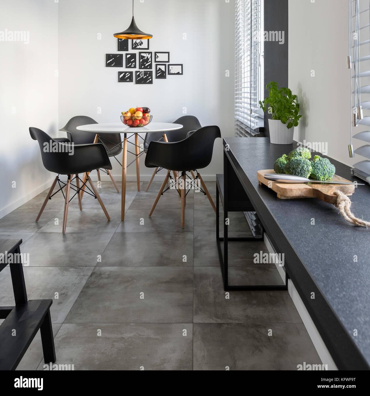 Küche mit langen, Granit Arbeitsplatte, Beton, Fliesen und ...