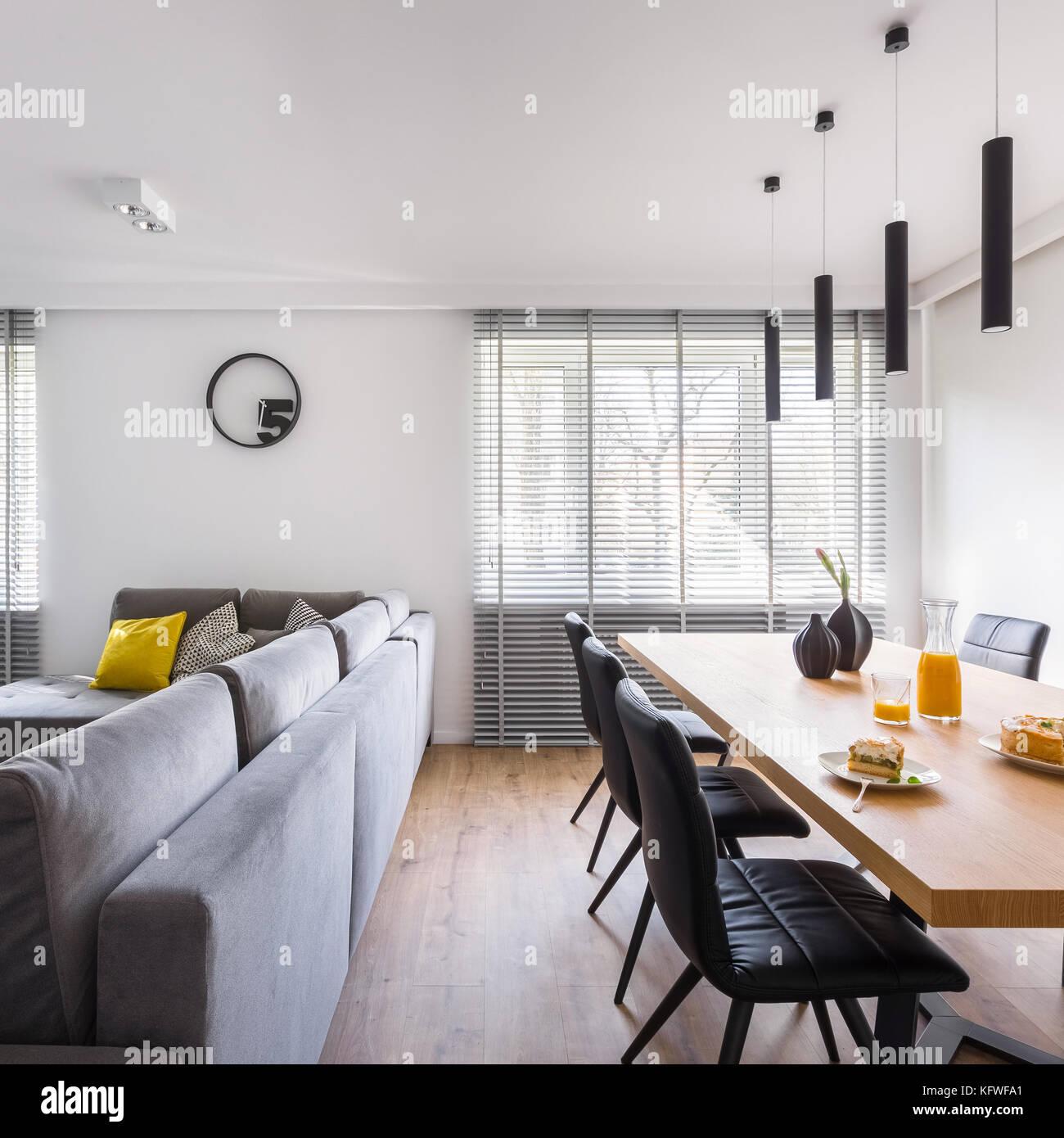 Modernes Interieur mit Gemeinschaftstisch, schwarze Stühle und ...