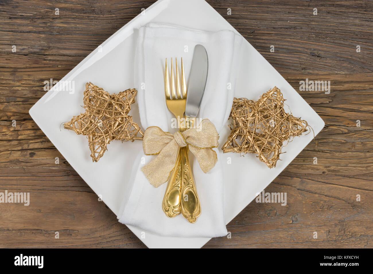 Weihnachten Tisch Gedeck Quadratische Platte Mit Gold Besteck Serviette Und Goldene Weihnachten Sterne Stockfotografie Alamy