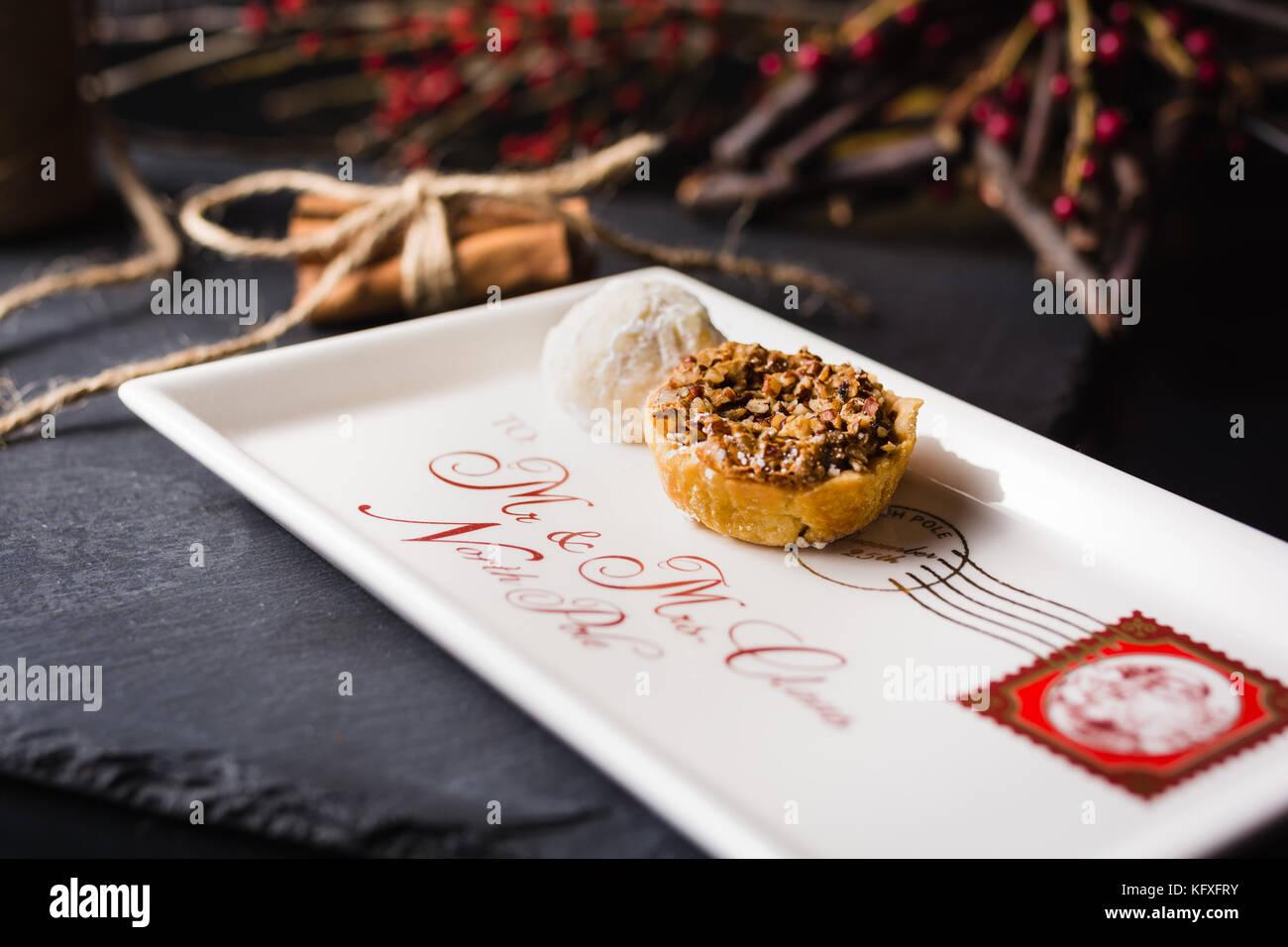 Weihnachtsplätzchen auf Brief Platte santa Stockbild