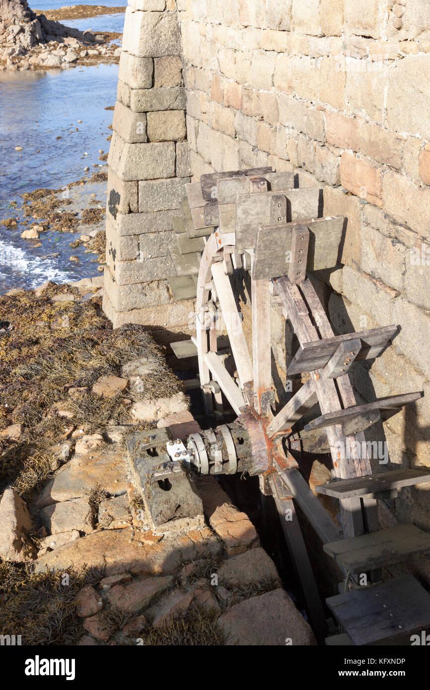 Bildunterschrift 135/150 ? Birlot Tide Mill waterwheel, in der die Insel Bréhat (Frankreich). Diese Wassermühle Stockbild