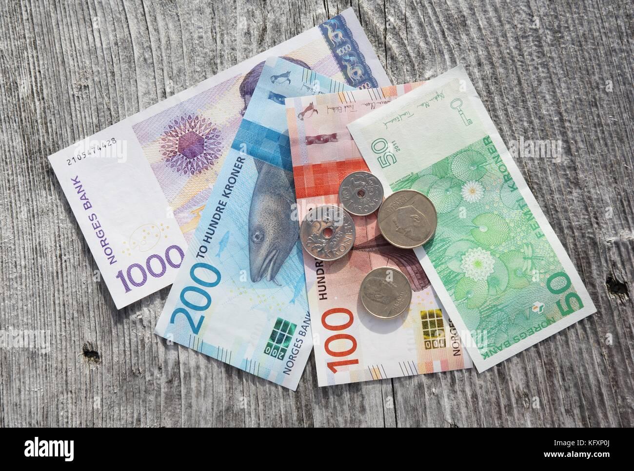 Norwegische Krone Nok Papiergeld Und Munzen Norwegen Stockfotografie Alamy