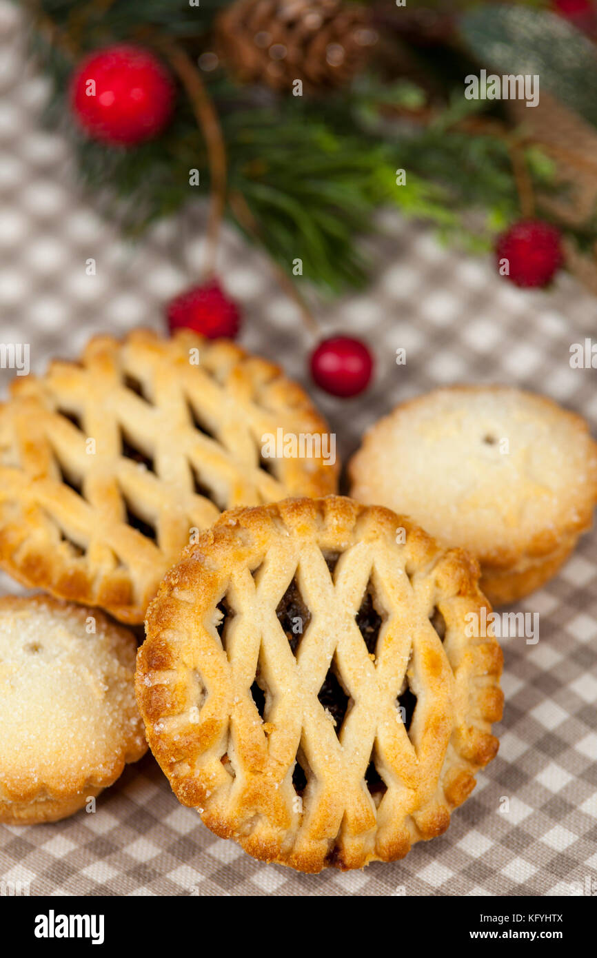 Frsh Gitter oben Mince Pies auf ein Land Tabelle mit einigen festlichen saisonale Weihnachtsschmuck Stockbild