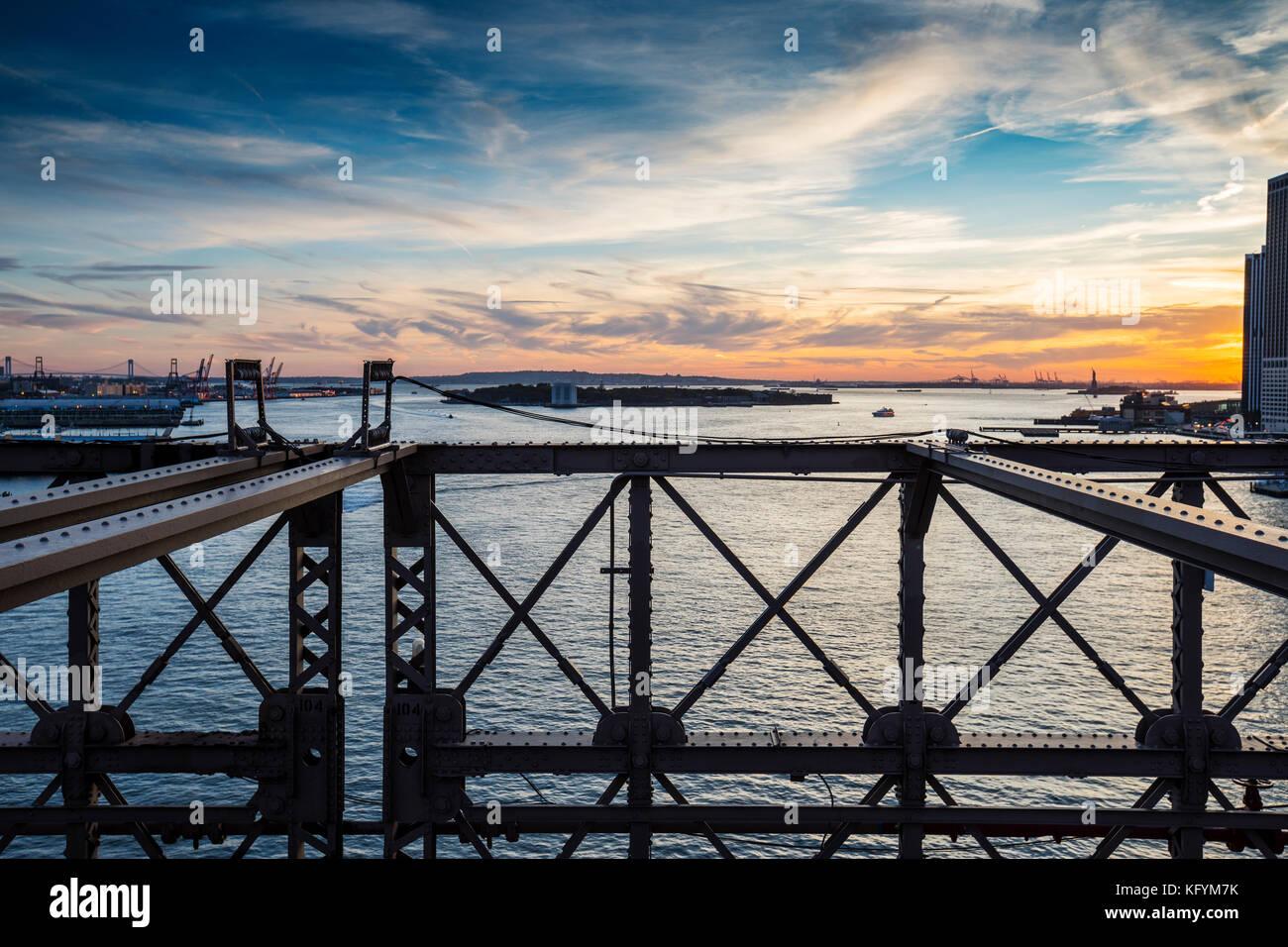 Blick auf Easr River von Brooklyn Bridge, New York Stockbild
