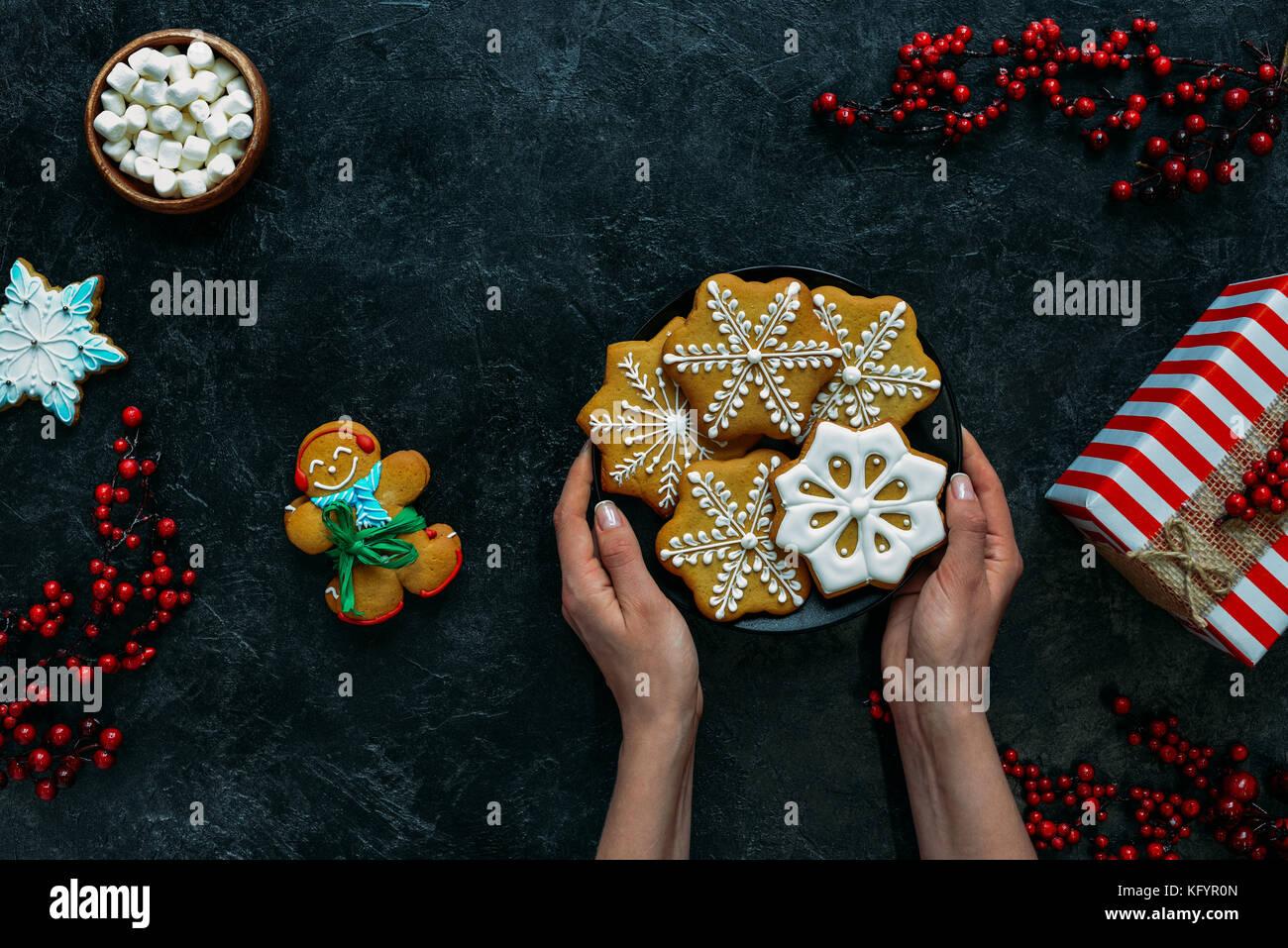 Weihnachtsplätzchen in den Händen Stockbild
