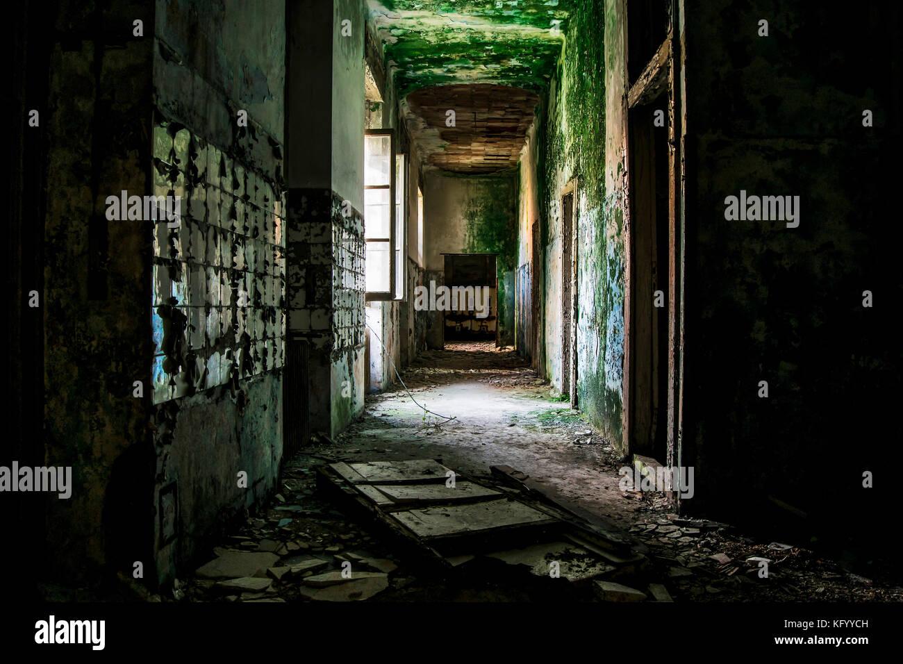 Eine Aussicht auf eine gruselige corridon in einem psychiatrischen Krankenhaus verlassen vor einigen Jahren Stockbild