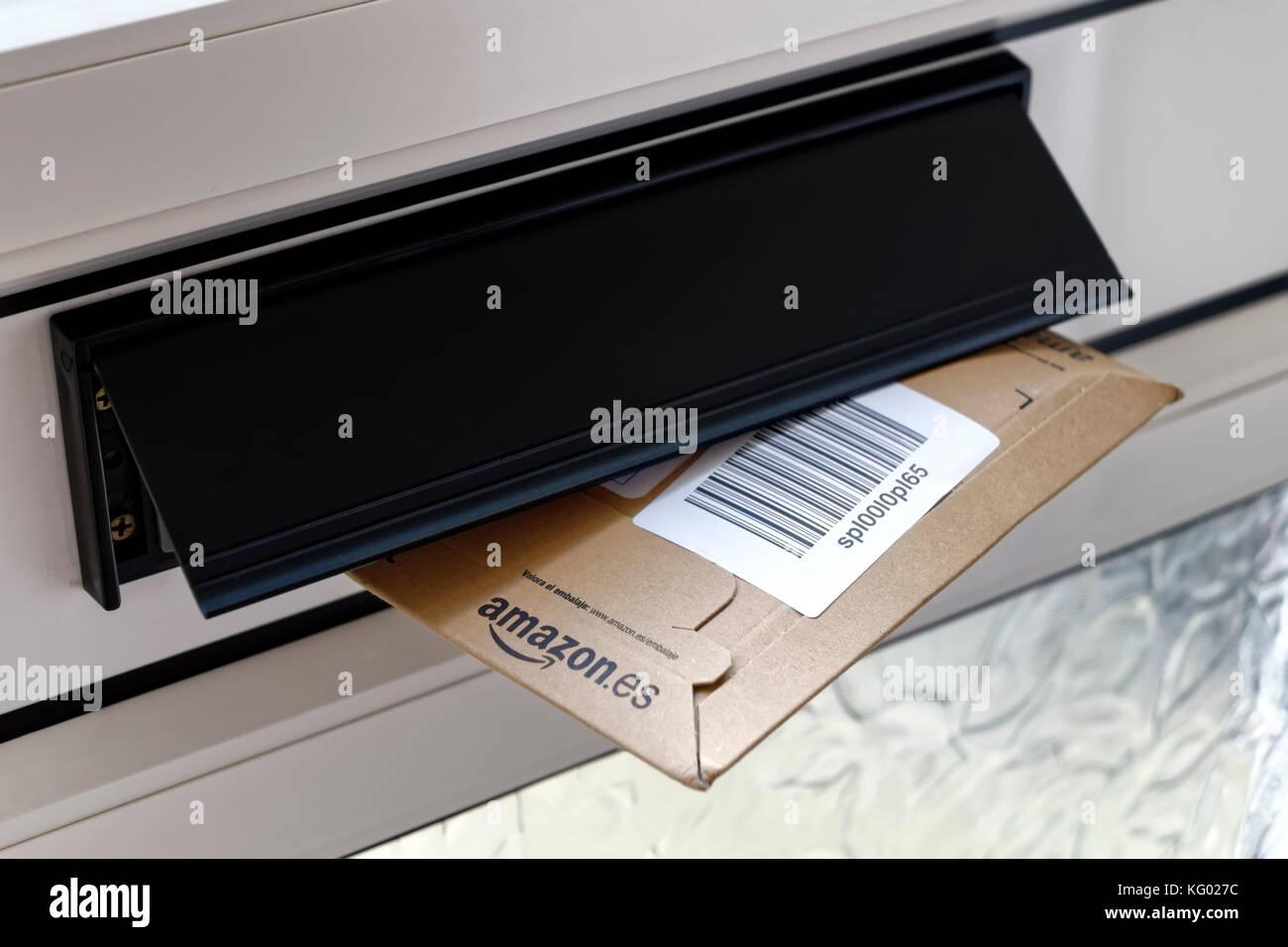 Ein amazon Paket in einem Haus im Briefkasten. Vereinigtes Königreich Stockbild