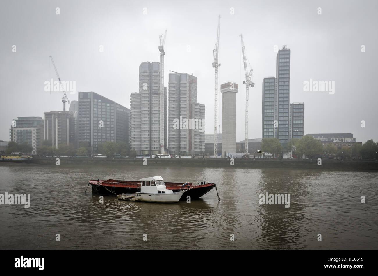 Beccles, Großbritannien, 26. Oktober 2017: Misty River, Boot und Gebäude in der Themse. Krane bauen mehr Gebäude. Stockfoto