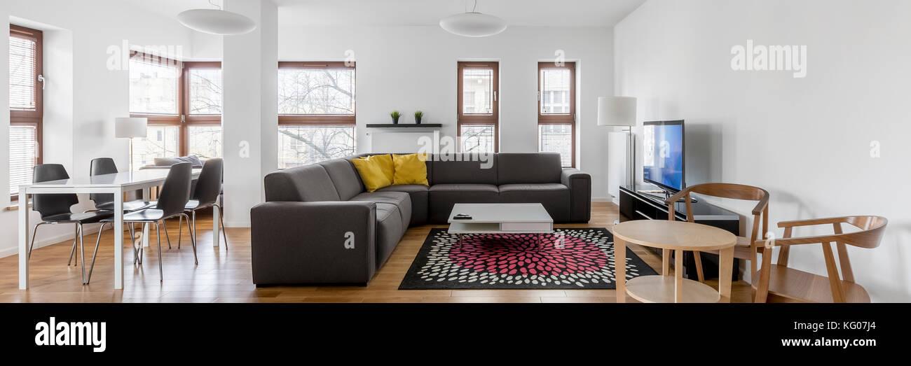 Grau Weiß Wohnzimmer Mit Sofa, Einem Kleinen Esstisch Und Stühle Aus Holz,  Panorama