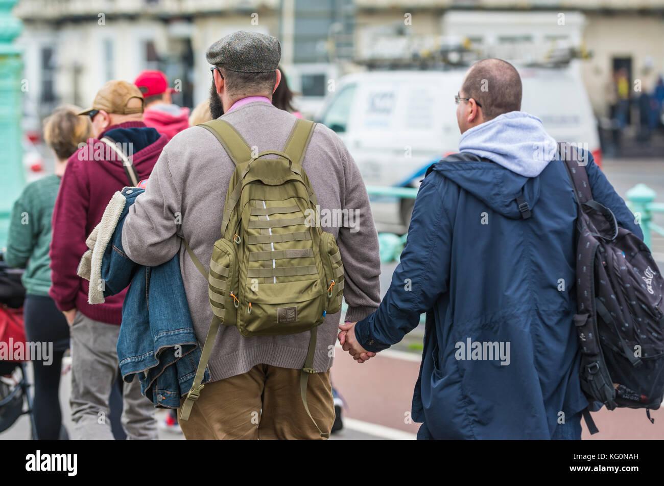 Paar mittleren Alters, Männer halten sich an den Händen in Brighton, East Sussex, England, UK. Stockbild