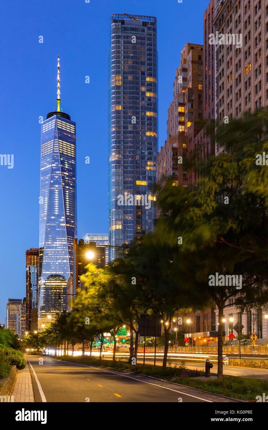 Das One World Trade Center und das neu errichtete 50 West Wolkenkratzer von der West Street in der Dämmerung. Stockbild