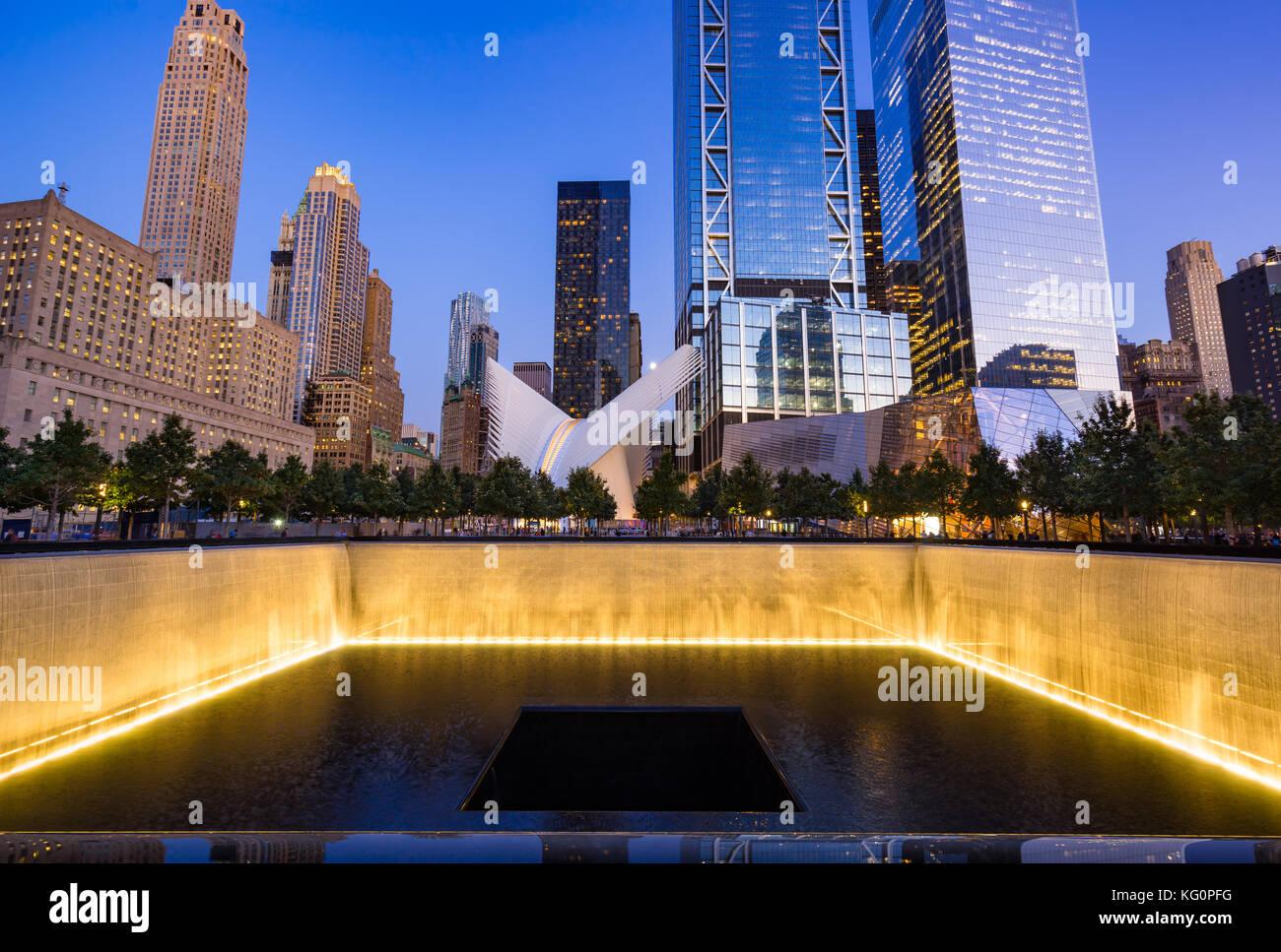 Im Norden einen reflektierenden Pool bei Dämmerung mit Blick auf das World Trade Center Tower 3 und 4 beleuchtet. Stockbild
