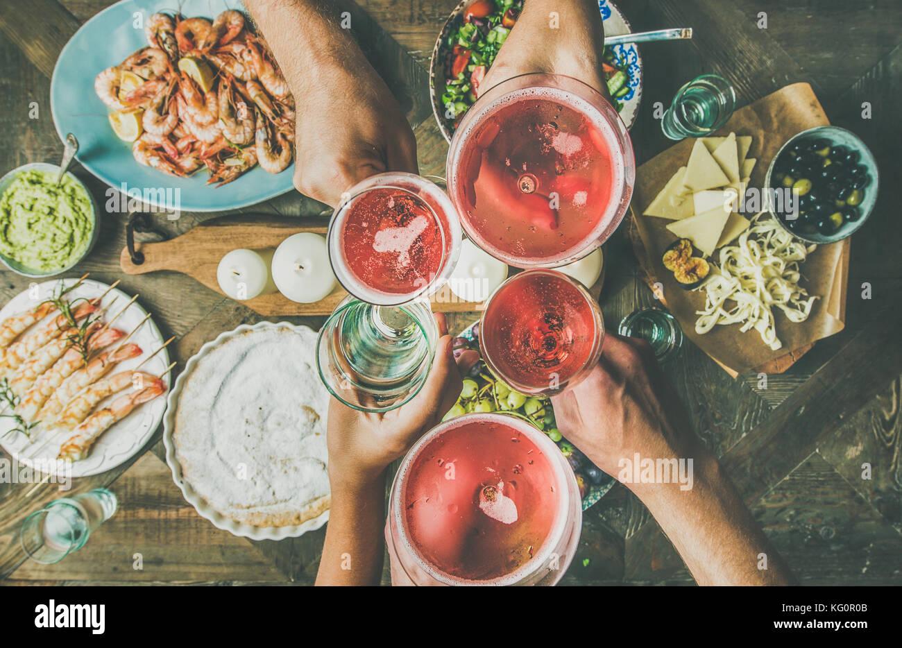 Flachbild-lay von Freunden Hände zusammen essen und trinken, horizontale Zusammensetzung Stockbild