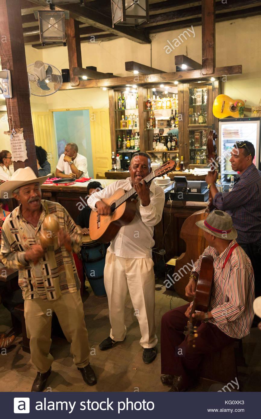 Musiker in einer Bar in Santiago de Cuba, Kuba Engl.: Kuba, Santiago de Cuba, Salsa Musik, Bar, Live Musik Stockbild