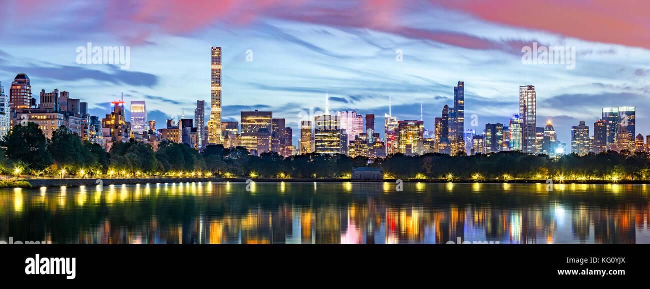 New York city panorama. Jacqueline Kennedy Onassis Reservoir die Skyline von Midtown im Central Park spiegelt. Stockbild