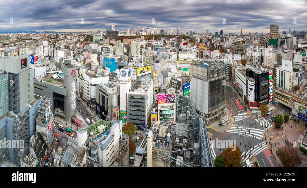 Erhöhten Blick auf Shibuya Station in Richtung der Skyline von Shinjuku, Tokyo, Japan, Asien Stockbild