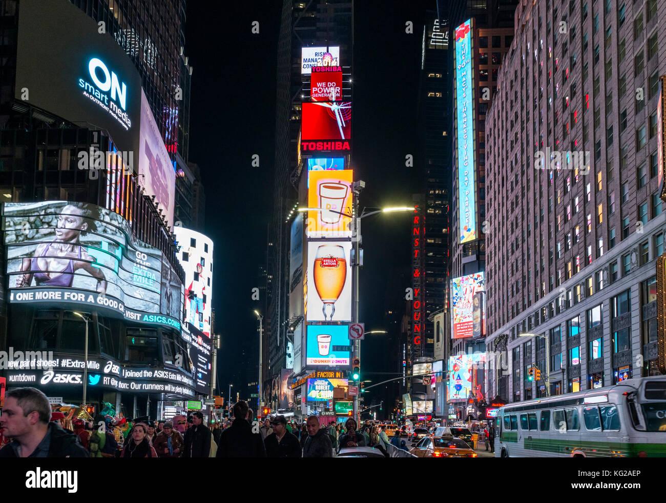 Times Square, New York City. Menschenmassen auf dem Times Square an einem Herbst-Abend, Midtown Manhattan, NY, USA Stockbild