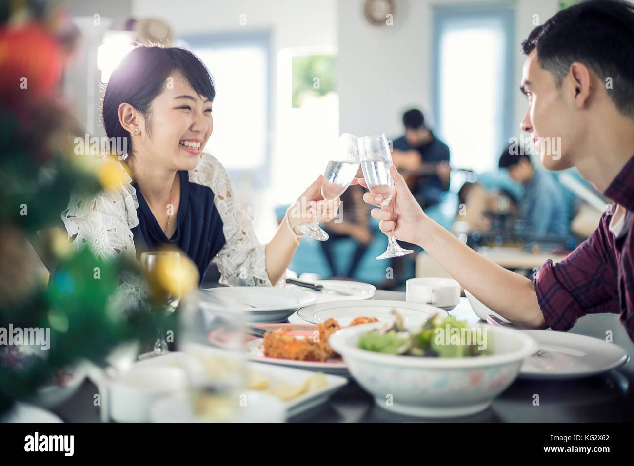 Asiatisches junges Paar beim romantischen Abendessen Getränke am Abend während am Esstisch in der Küche Stockbild