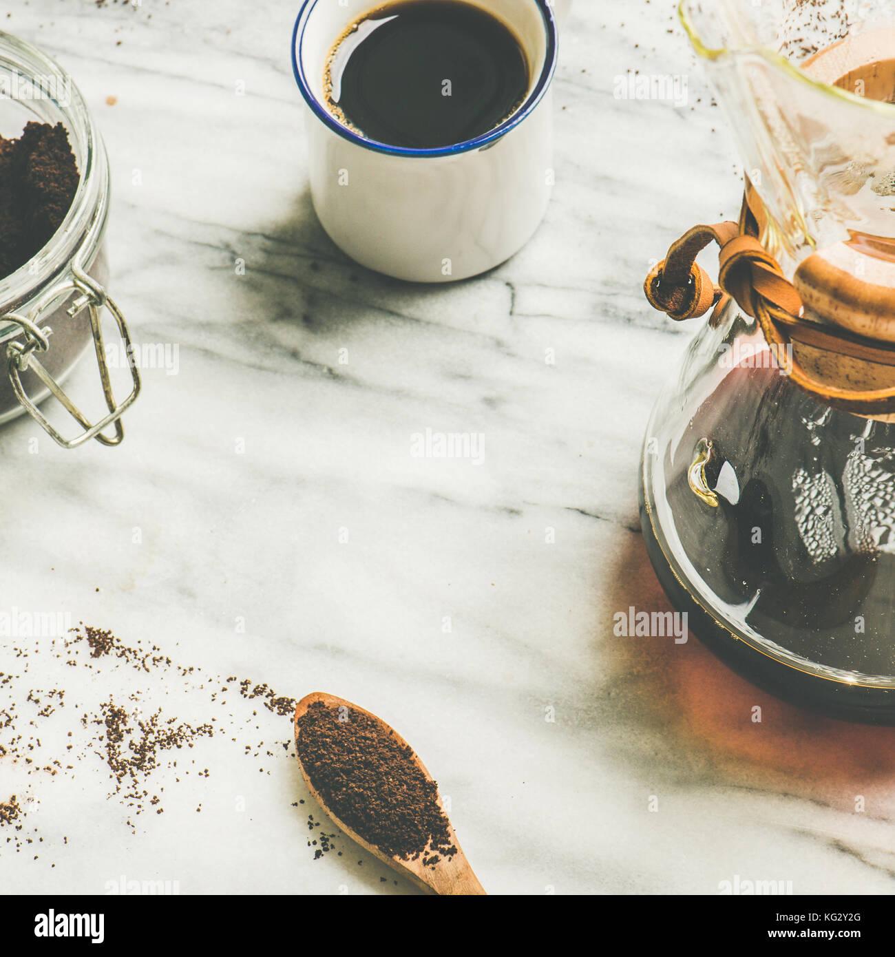 Schwarz gefilterten Kaffee, quadratisch zuschneiden, kopieren. Alternative brauen Konzept Stockbild