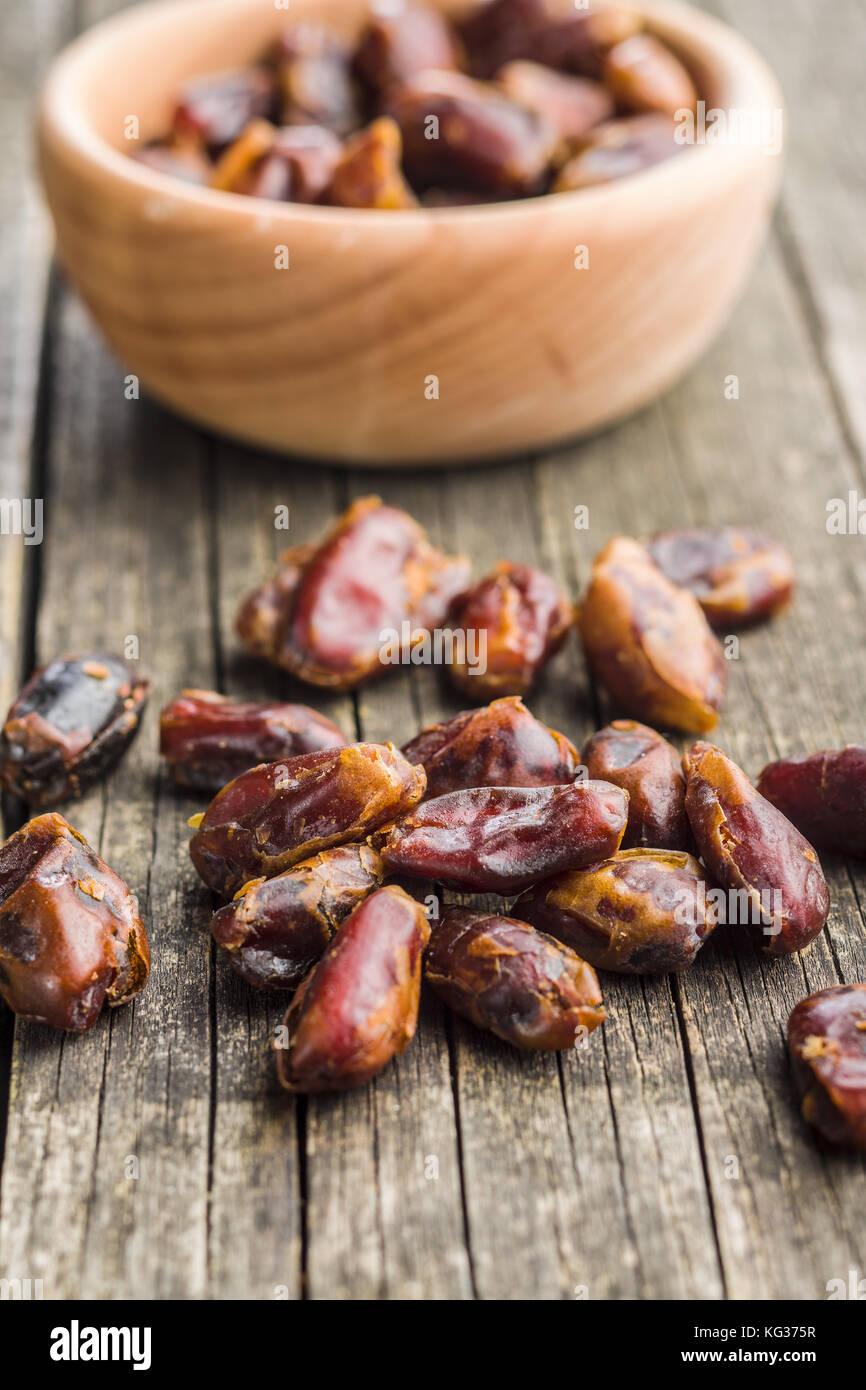 Süße Termine ohne Steine auf Holztisch. Stockbild