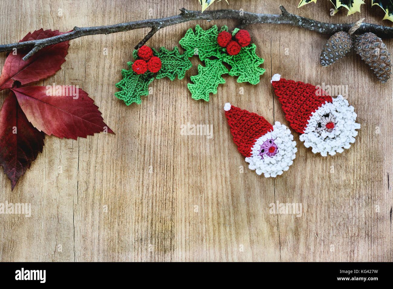 Weihnachtsschmuck im Häkeln, rustikalen Holzmöbeln Hintergrund mit ...