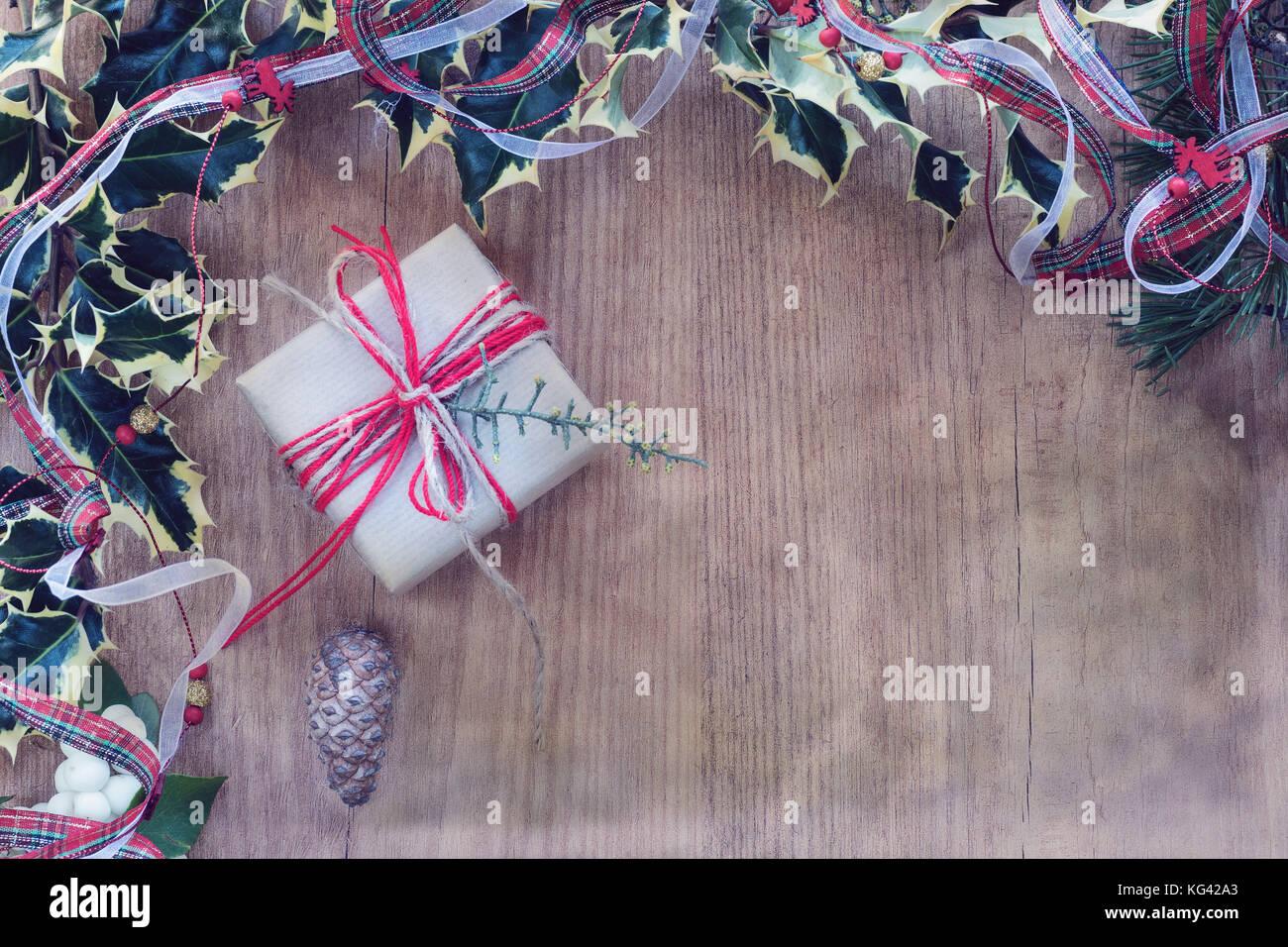 Geschenkboxen im rustikalen Papier und Seil umwickelt. Bilderrahmen ...