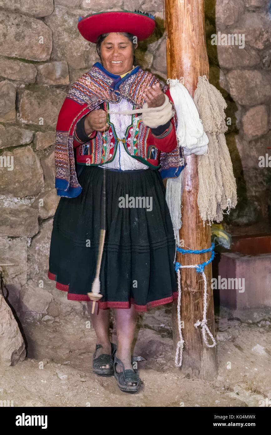Frau in traditionellen peruanischen Kleidung macht Garn ...