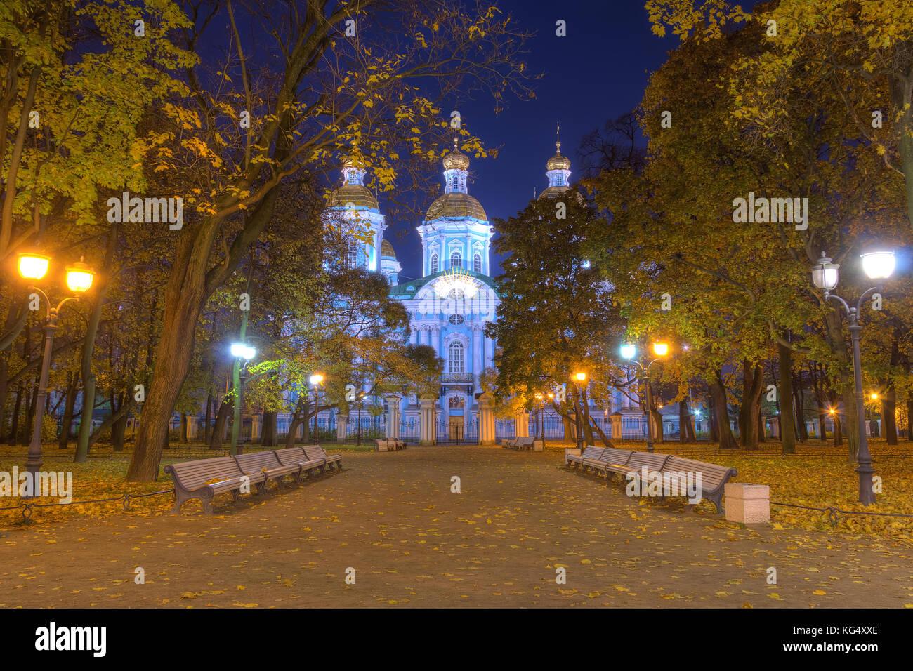Nacht Herbst Blick Auf Den Beleuchteten St. Nikolaus Marine Kathedrale Und  Gasse In Nikolskiy Garten