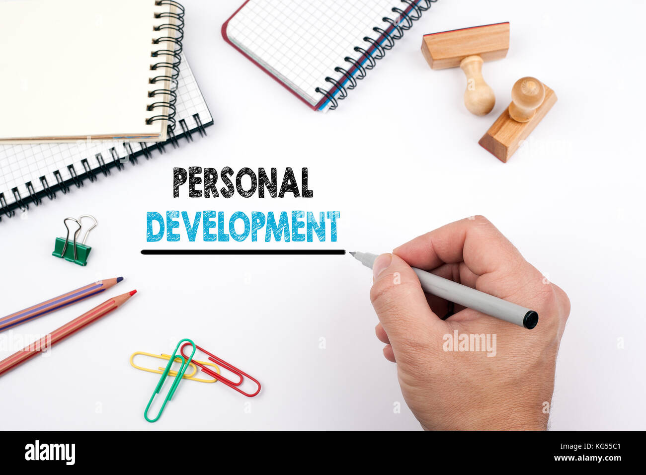 Persönliche Entwicklung. weiß Büro Schreibtisch, auf dem verschiedene Elemente Stockbild