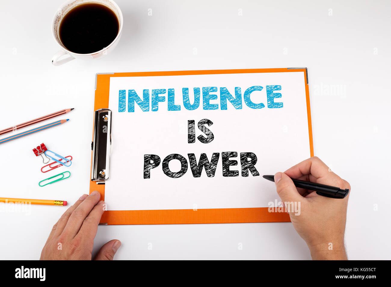 Einfluss ist Macht, Geschäft Hintergrund. Schreibtisch mit Briefpapier Stockbild