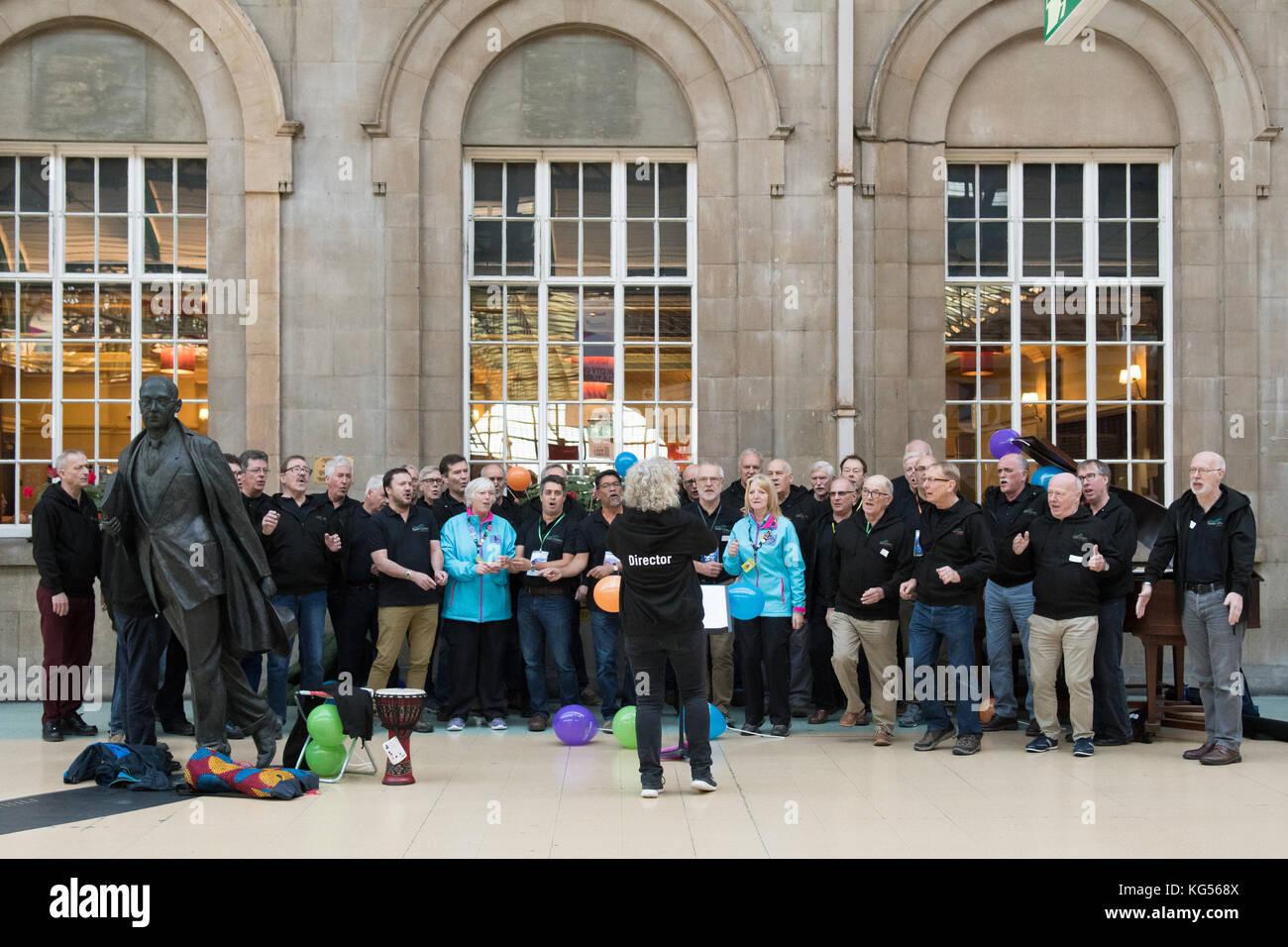 Eer grün Sänger von buckinghamshire Männerchor' in Hull Bahnhof im Jahr 2017 als Teil der Rumpf Stockbild
