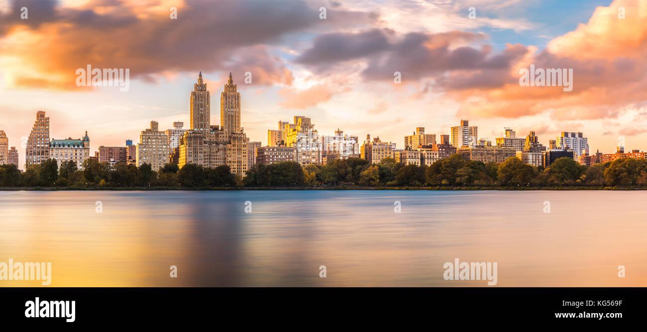 New York Upper West Side Skyline bei Sonnenuntergang, vom Central Park gesehen, über Jacqueline Kennedy Onassis Stockbild
