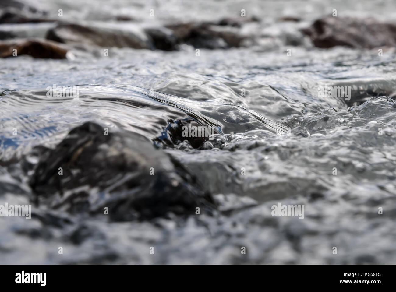 Abstrakte natürlichen Hintergrund mit Steinen und schnelle Strömung von Wasser in einer mountain river Stockbild