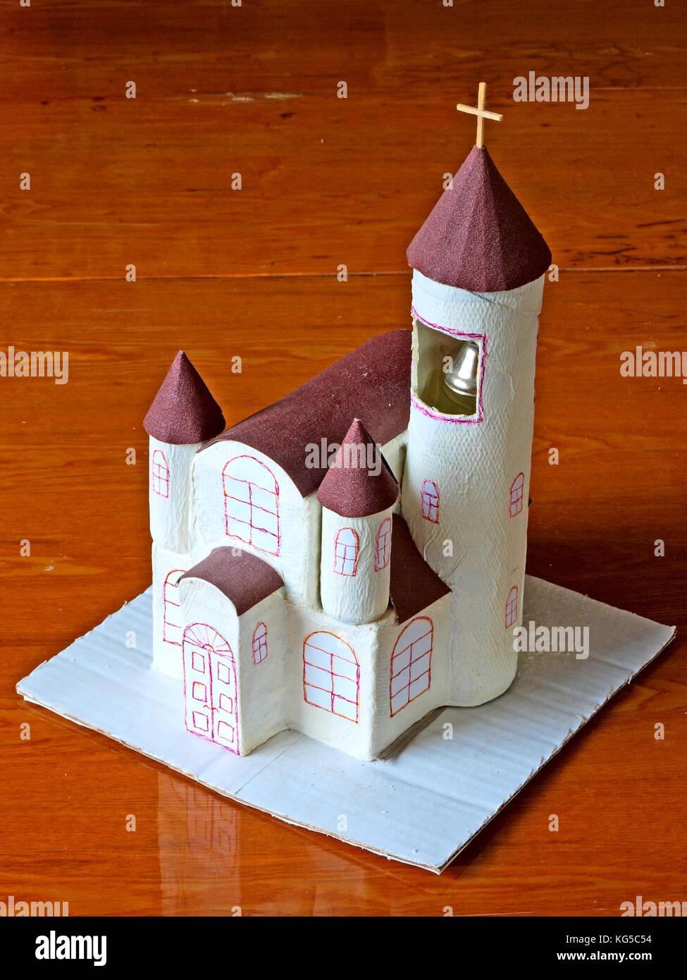 Hausgemachte einfaches Papier Modell der Kirche Stockbild