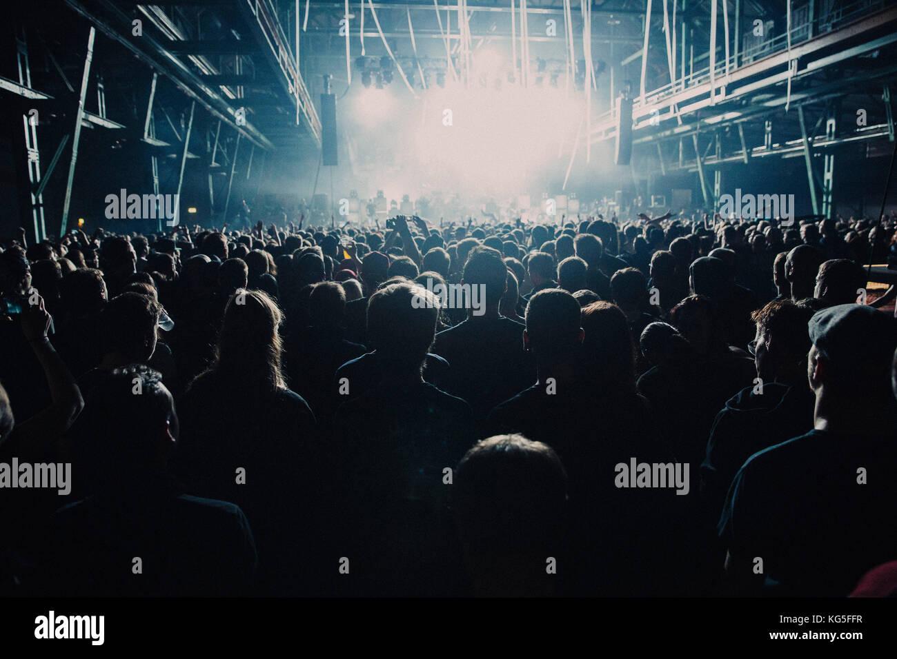 Zuschauer beim Konzert Stockbild