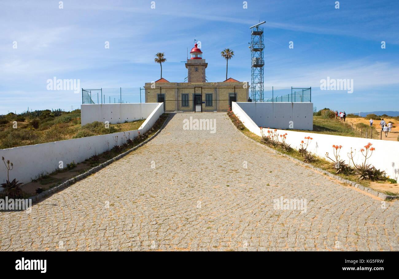 Leuchtturm von Lagos, neben bizarren Galle Formationen von Ponta da Piedade Stockbild