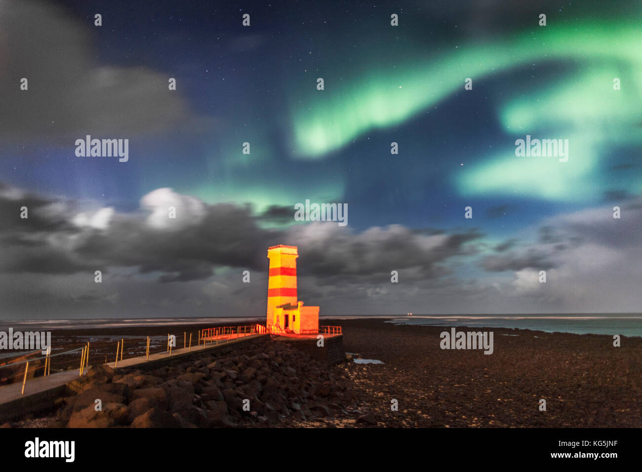 Nordlicht und gardskaga Leuchtturm, Halbinsel Reykjanes, Island Stockbild