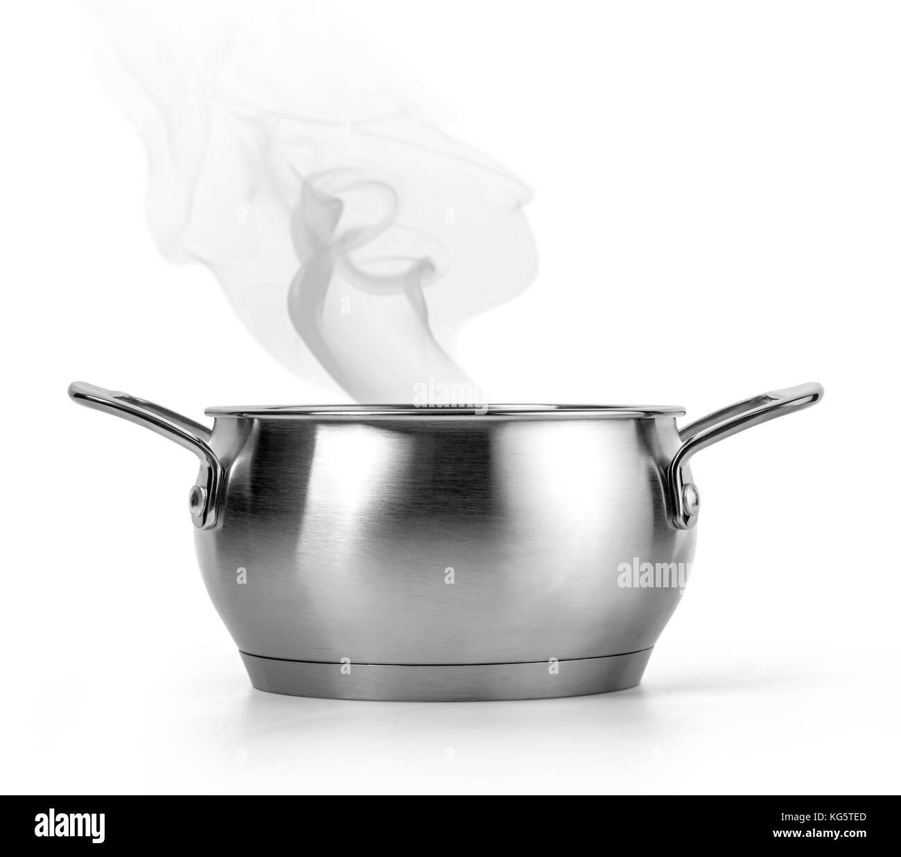 kochendes wasser in einem topf auf wei em hintergrund mit freistellungspfad stockfoto bild. Black Bedroom Furniture Sets. Home Design Ideas