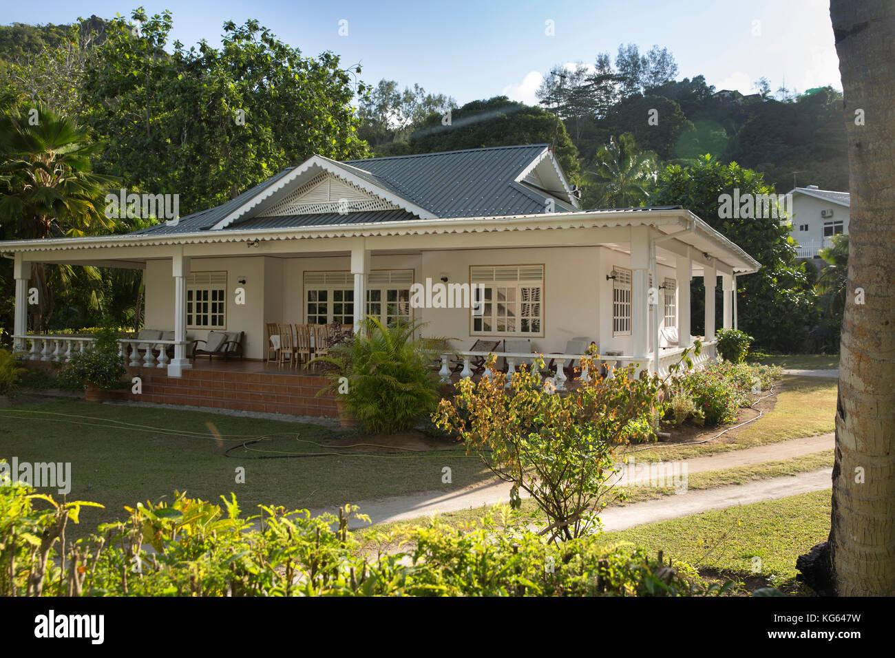 die seychellen praslin grand anse kolonialen stil bungalow mit veranda im tropischen garten. Black Bedroom Furniture Sets. Home Design Ideas