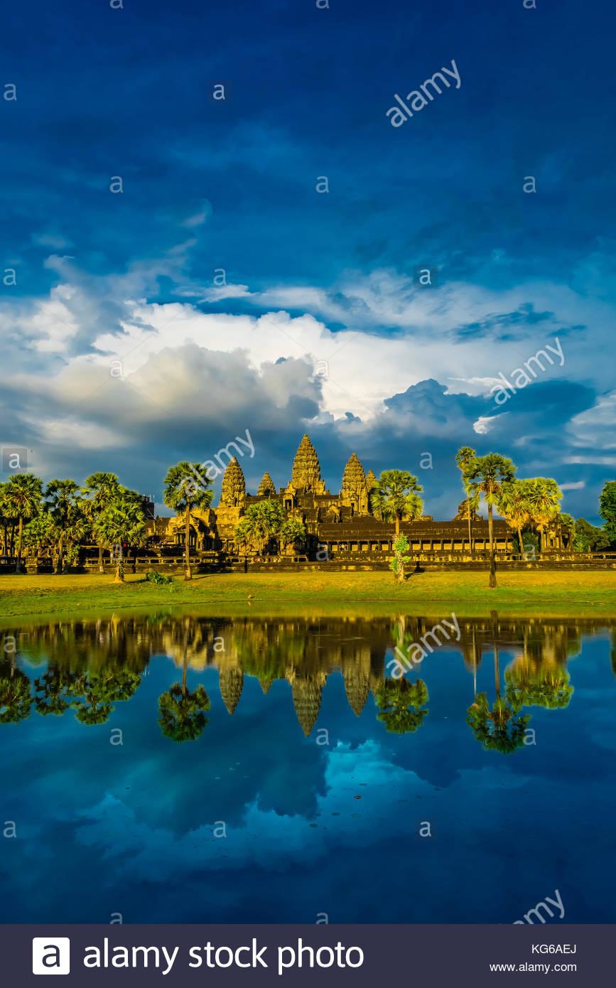 Blick auf Angkor Wat mit Teich. Es ist das größte religiöse Monument der Welt. Der Name bedeutet Stockbild