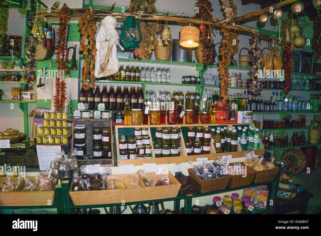 Lokale Spezialitäten in einem Geschäft, Apiranthos, Insel Naxos, Kykladen, Ägäis, Griechenland Stockbild