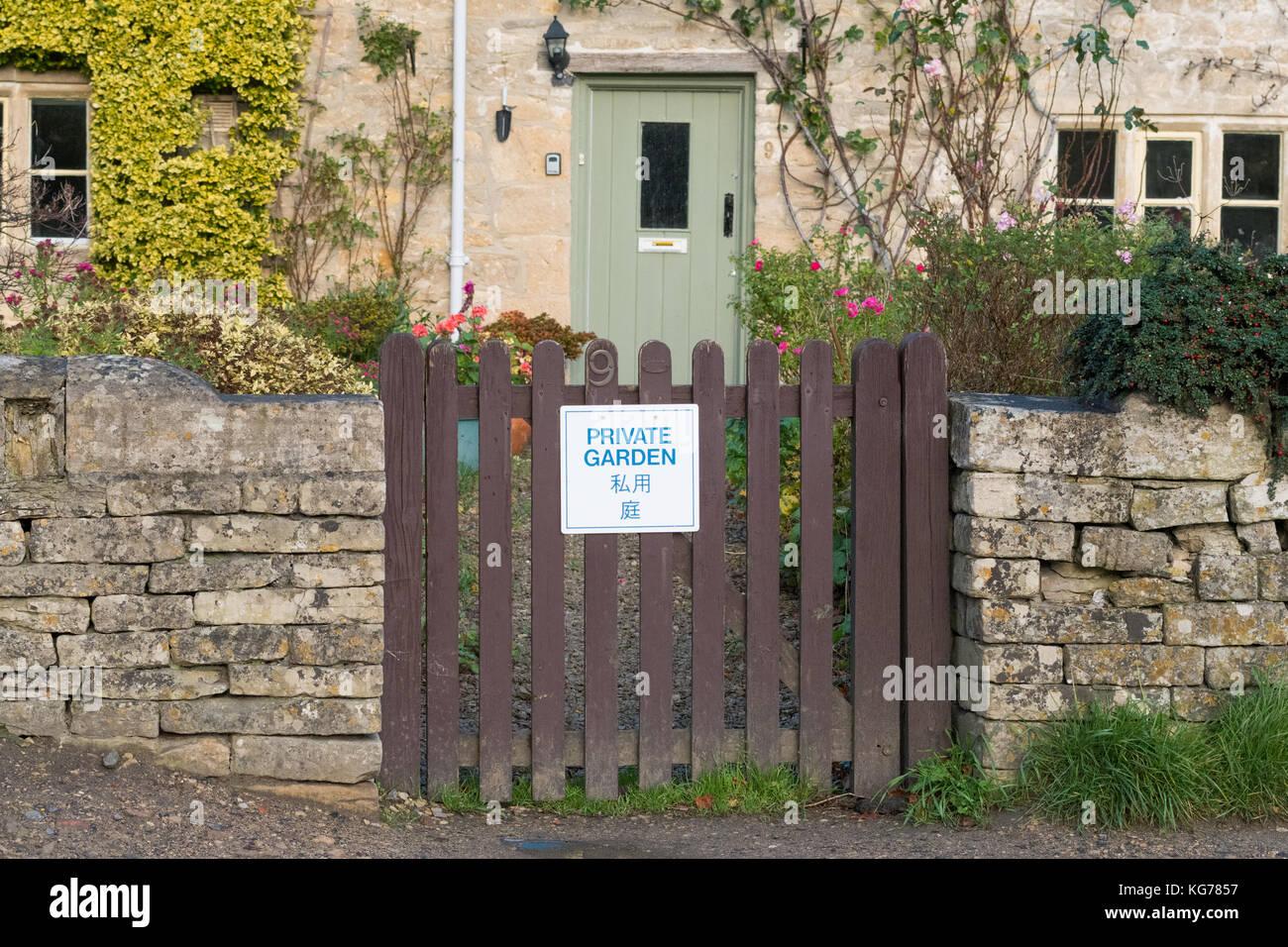 Bibury Tourismus - 'Garten' Schild am Gartentor in Englisch und Japanisch - bibury, Gloucestershire, England, Stockbild