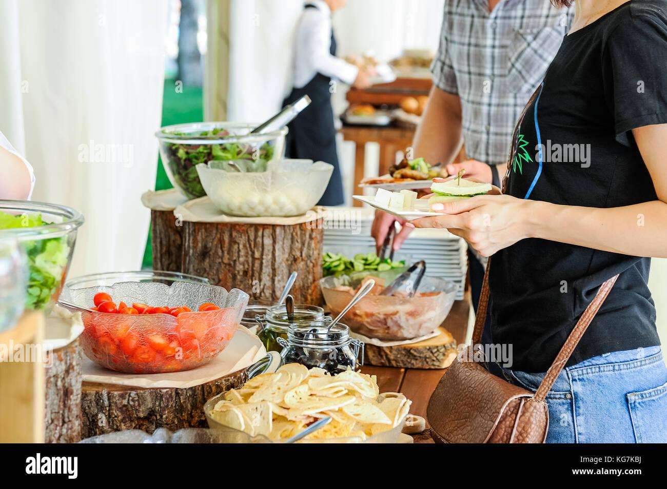 Kulinarische Küche   Outdoor Kuche Kulinarische Salat Bar Catering Gruppe Von Menschen