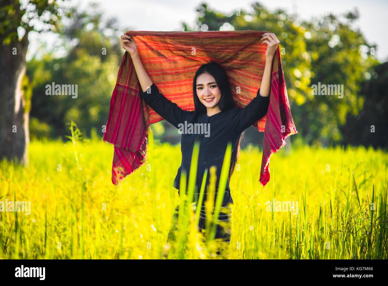Schöne junge Frau Bauer in Thailand, lächelnde Frau mit perfekten Lächeln und im Wald. Stockbild