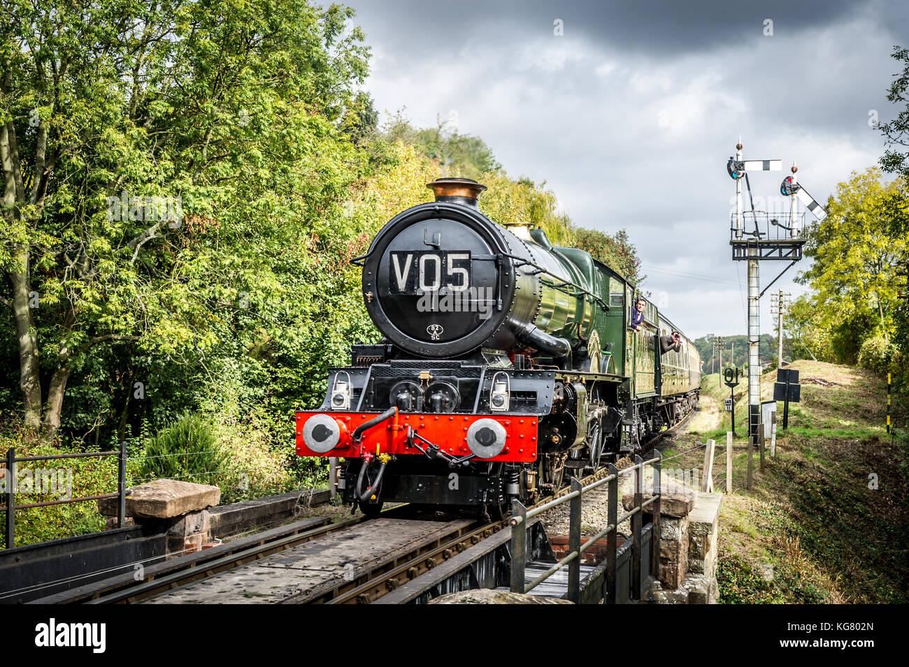 Gwr König Klasse 4-6-0 Nr. 6024 König Edward I. Dampflok Ansätze Hampton loade Station auf dem Severn Stockbild