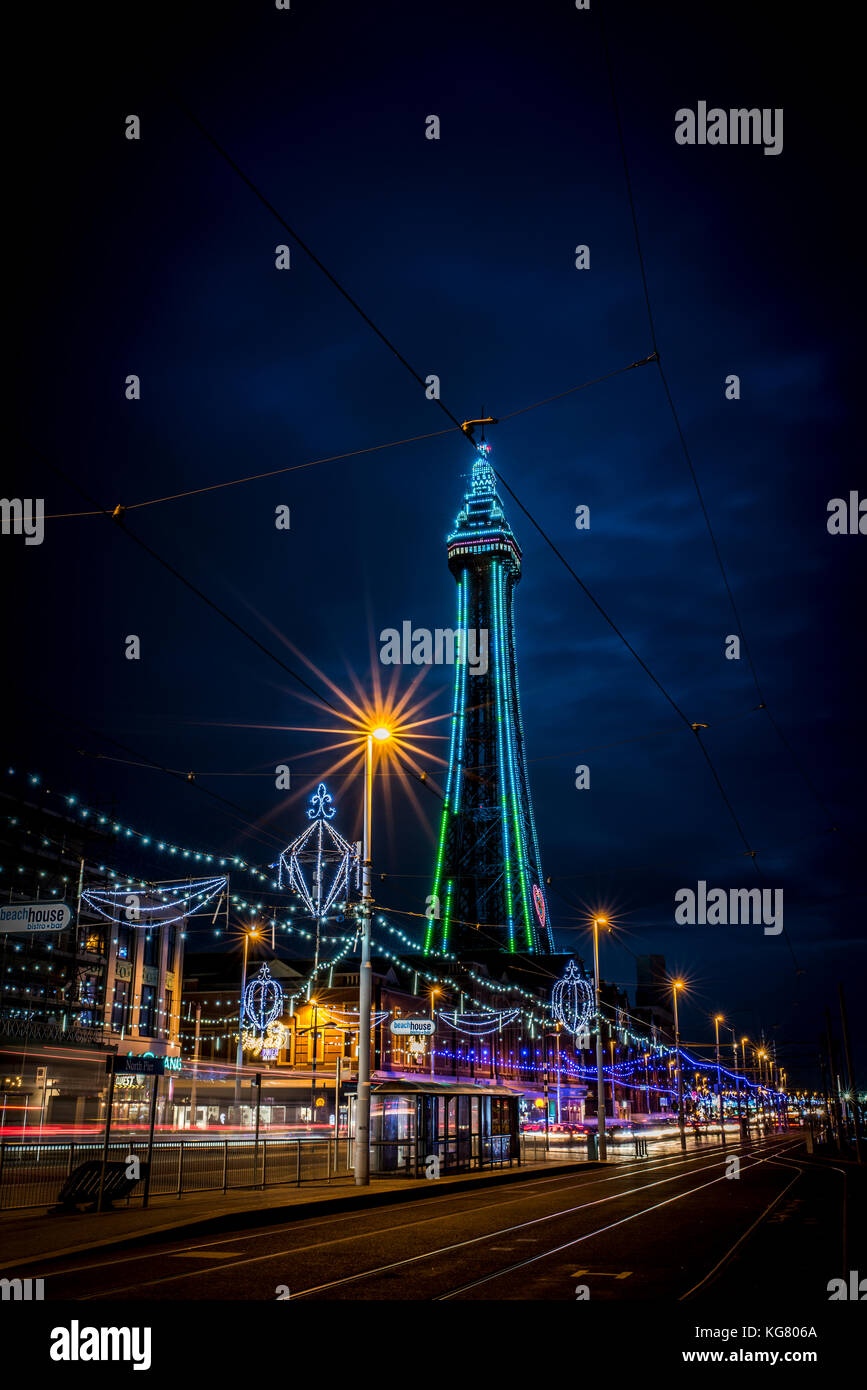 Blackpool Tower und der Promenade während der Blackpool Illuminations Stockfoto