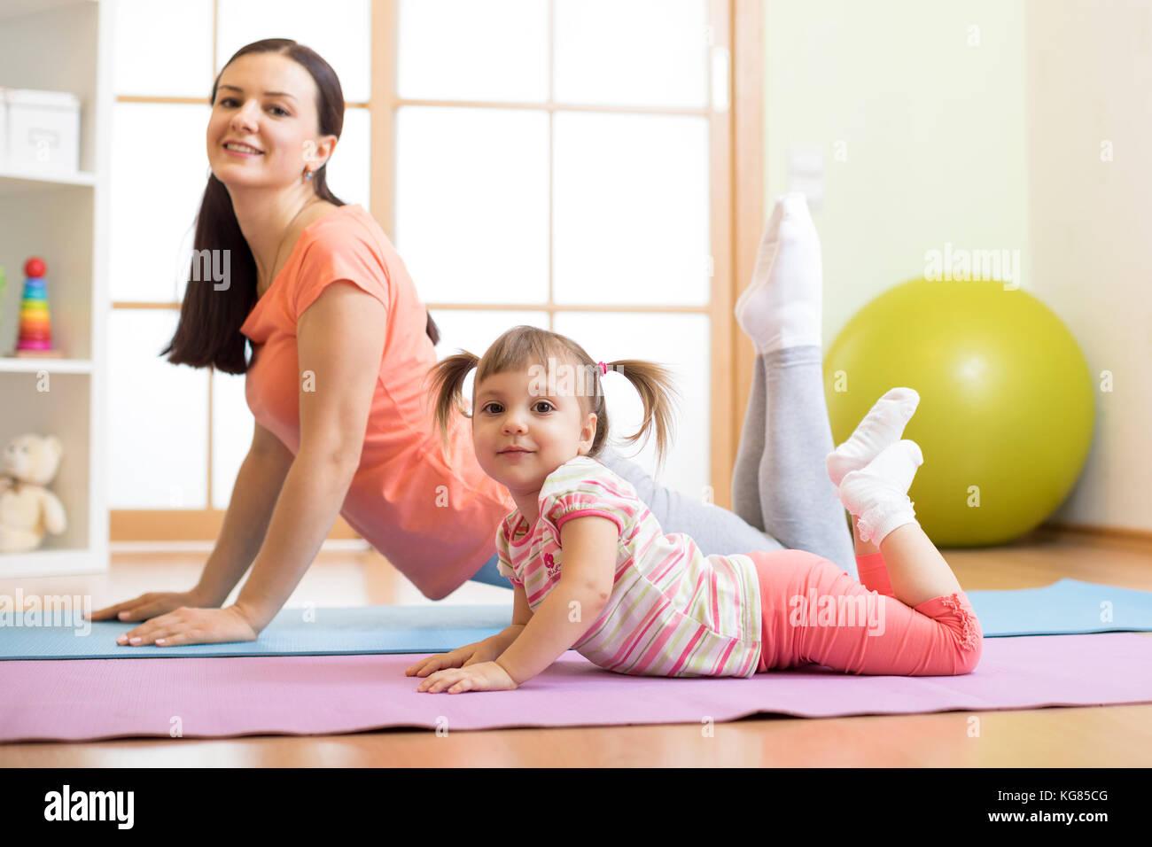 Mutter Und Kind Tochter Yoga Ubungen Auf Dem Boden Im Zimmer Zu